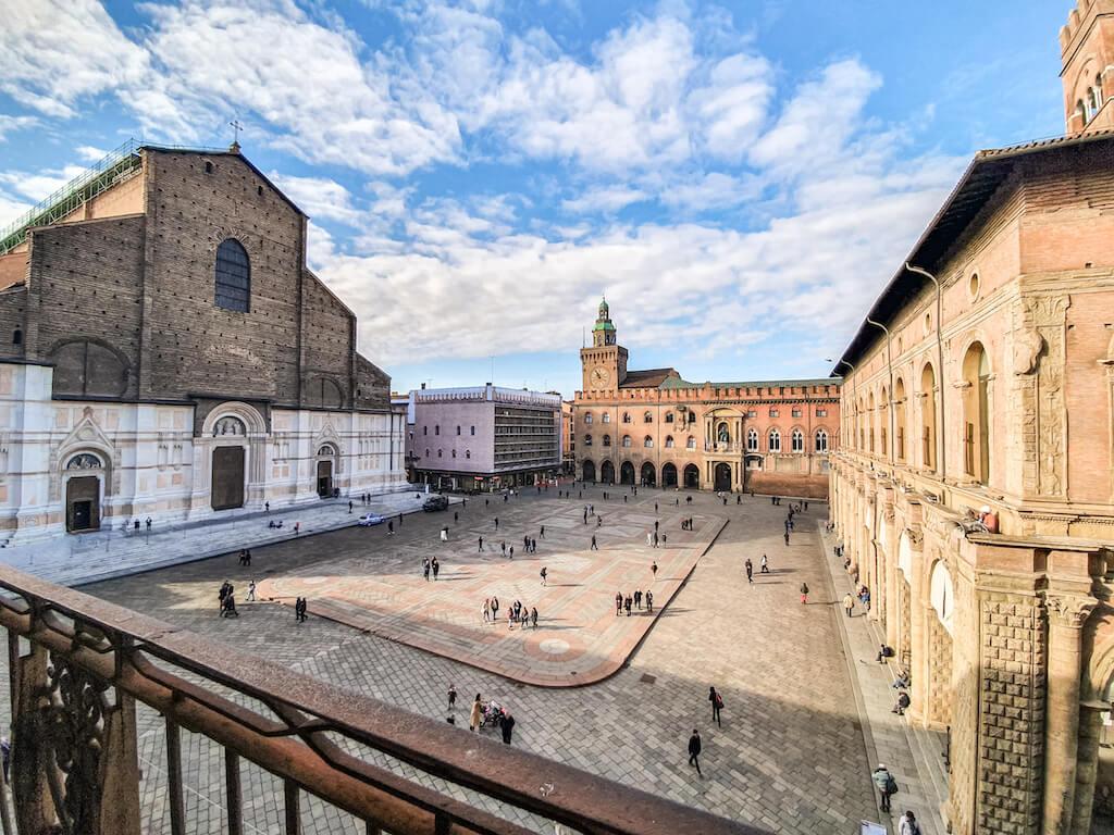 Bologna_Piazza-Maggiore-Airbnb_loculdelageam