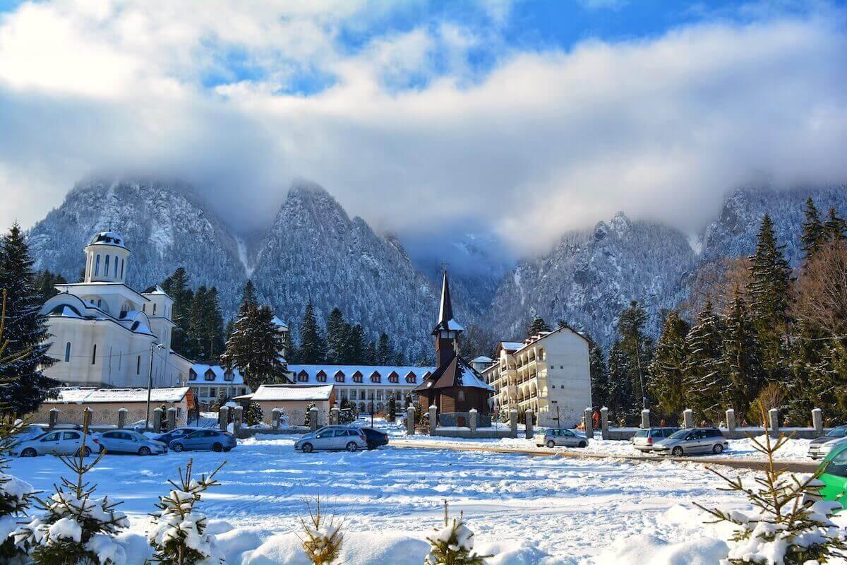 manastirea-caraiman-busteni-valea-prahovei-muntii-bucegi-cu-trenul-bucuresti-locul-de-la-geam (1) (1)