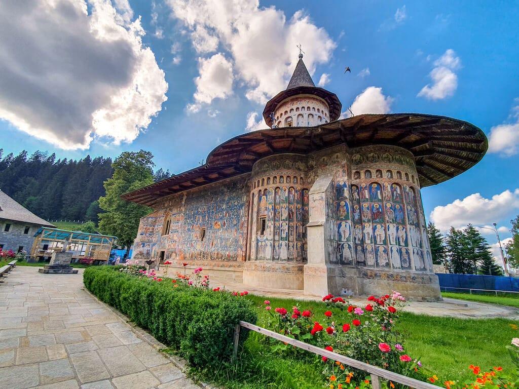manastirea-voronet-bucovina-destinatii-calatorie-trenul-cluj-1